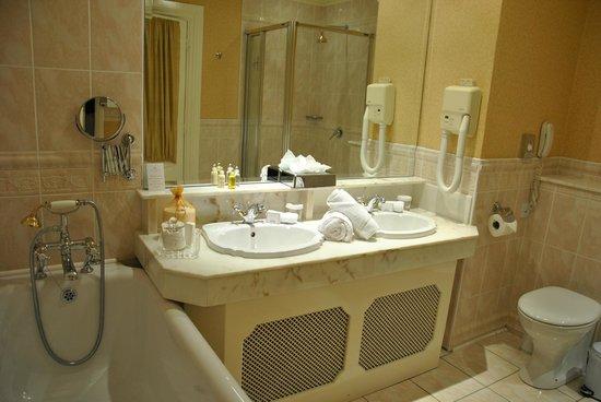 Hayfield Manor Hotel: Sinks room 109
