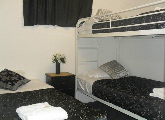 Charm City Motel: Family Room bedroom 2