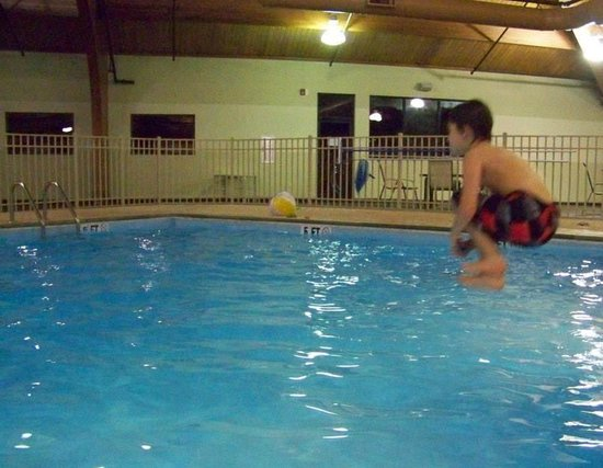 Clarion Hotel Conference Center South: Jumping into Pool