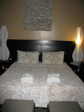 Crown Beach Resort & Spa: Villa bed