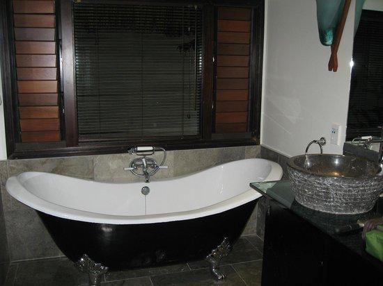 Crown Beach Resort & Spa: Gorgeous bath in the massive bathroom