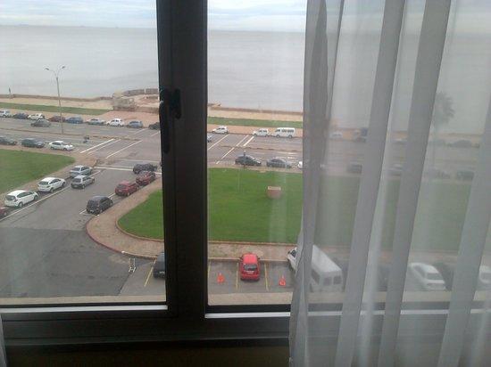NH Montevideo Columbia: vista de la habitacion tarde nublada
