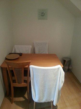 Apartments Praha 6: стол