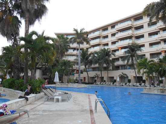 Dreams Puerto Aventuras Resort & Spa: the family pool side area