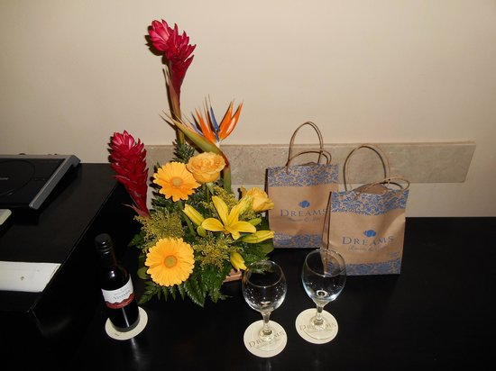 Dreams Puerto Aventuras Resort & Spa: the hotel welcomed us with these nice gifts and bouquet!