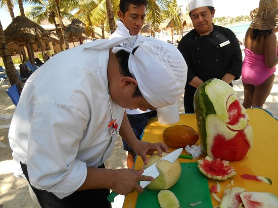 Dreams Puerto Aventuras Resort & Spa All Inclusive: enjoying a fruit carving demonstration!  I've got to try that at home!