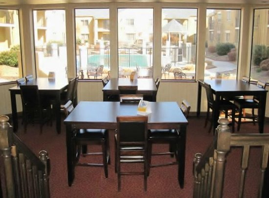 Rodeway Inn & Suites West Knoxville: Brfeakfast area overlooking the pool