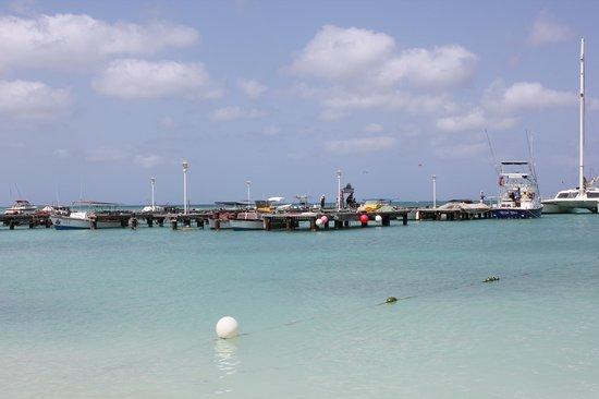 Marriott's Aruba Surf Club : Dock next to the hotel