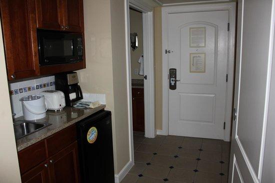 Marriott's Aruba Surf Club : 2nd bedroom hall area, door, kitchenette