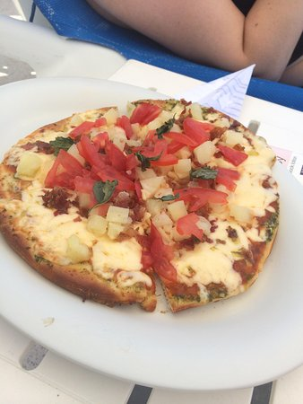Hard Rock Hotel Vallarta: pizza by the pool