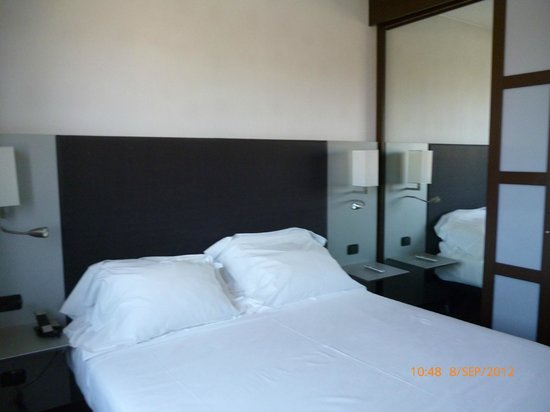 AC Hotel Padova: Bed with mirro wardrobe in view