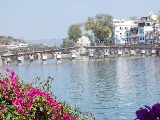Lake Pichola Hotel : Lake and pedestrian bridge.