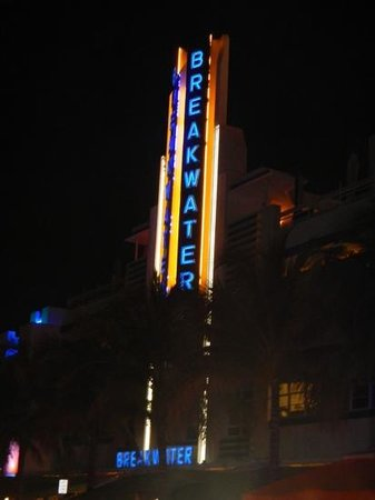 Hotel Breakwater South Beach: Breakwater at night