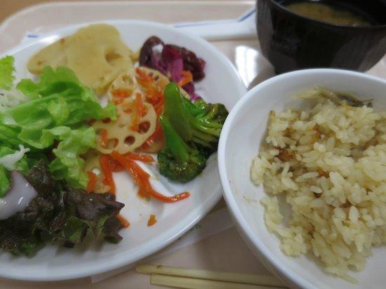 Toyoko Inn Osaka Itami Airport : 朝食はサービスです。混雑します。