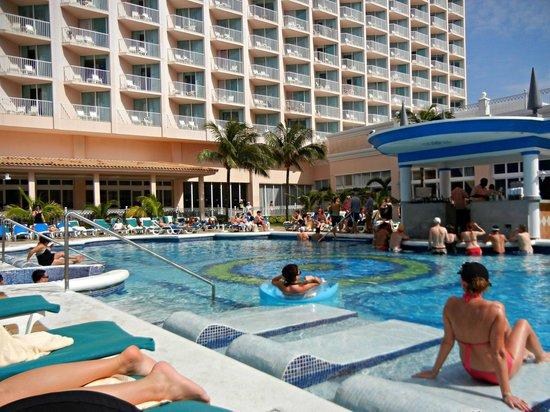 Hotel Riu Palace Paradise Island : Pool area