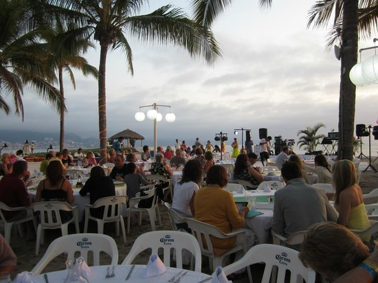 Friendly Vallarta All Inclusive Family Resort: dining on the beach