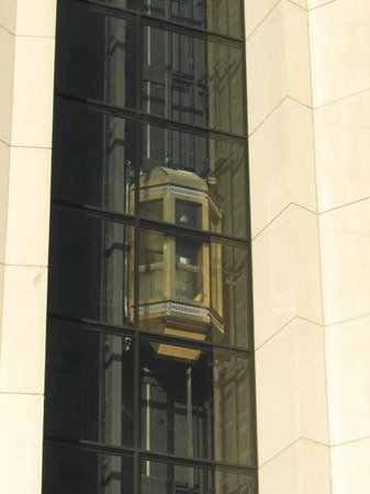 Chattanooga Marriott Downtown : Outside view of glass elevator