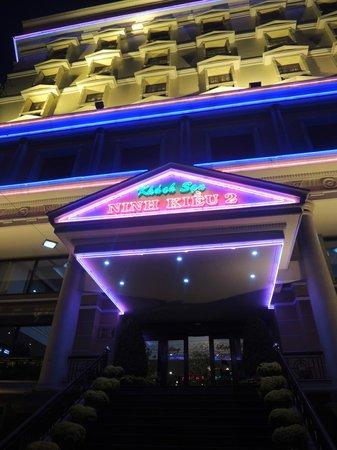 Ninh Kieu 2 Hotel : Night view of entrance to hotel