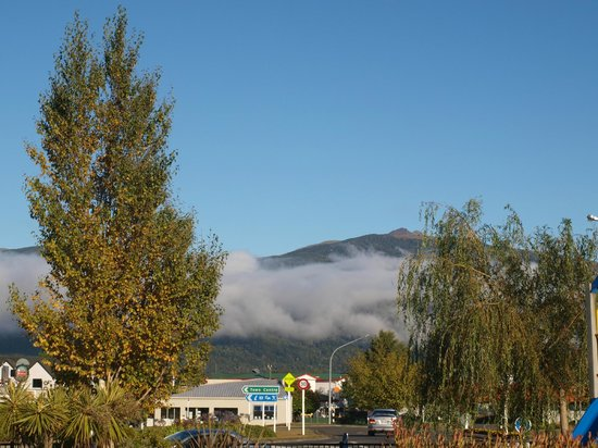 Te Anau Kiwi Holiday Park: Early morning view from room
