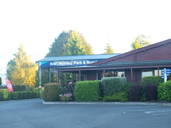 Te Anau Kiwi Holiday Park: View of reception and amenities room