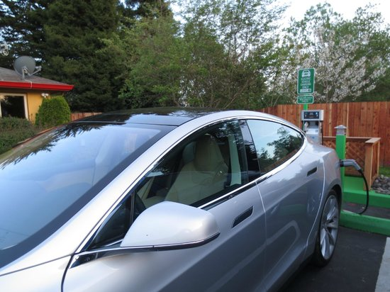 Days Inn & Suites Arcata: Tesla Charging at our Level 2 car charging station