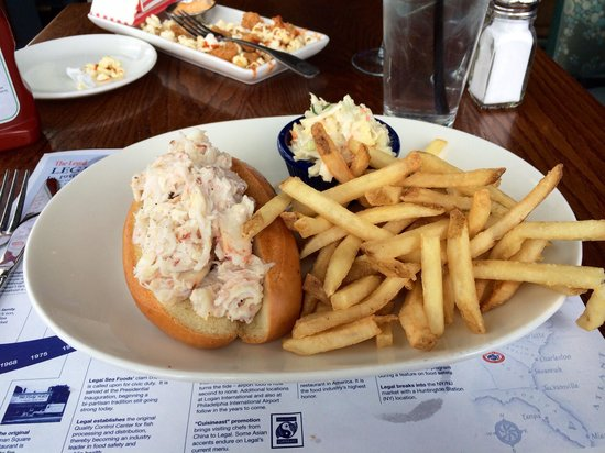 Legal Sea Foods : Crabmeat roll at Legal's Framingham - delicious!