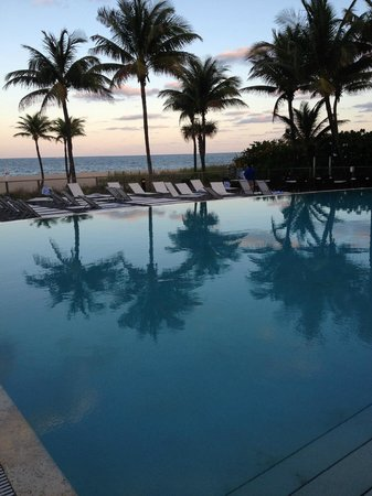 B Ocean Resort Fort Lauderdale: Sunset view of the infinity pool outside the Beach Tower