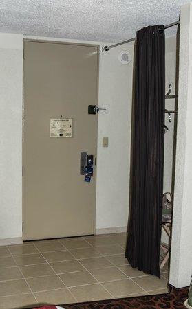 BEST WESTERN PLUS Windsor Inn: Closet Area