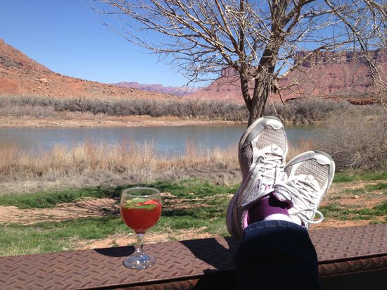 Red Cliffs Lodge: Back patio R & R.