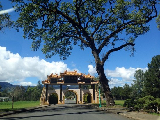 The City of Ten Thousand Buddhas : The entrance:)