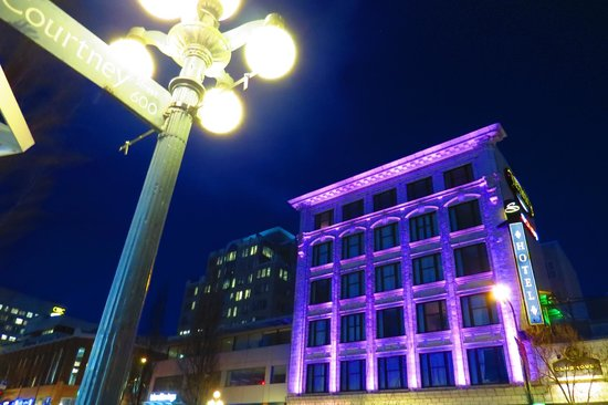 The Strathcona Hotel: Facade changes Colours at Night