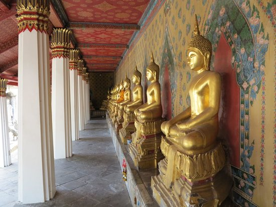 Temple de l'Aube (Wat Arun) : Golden Buddhas at Wat Arun temple complex