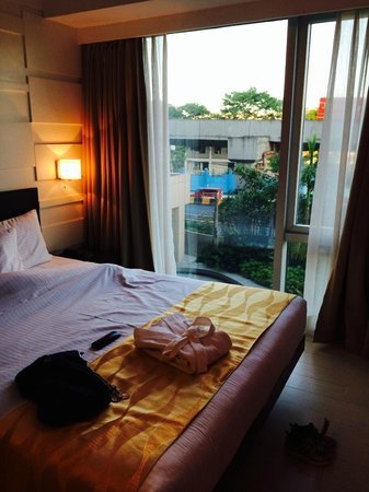 Remington Hotel Manila : bed side