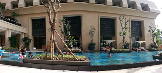 Hotel Tentrem Yogyakarta : at the pool area