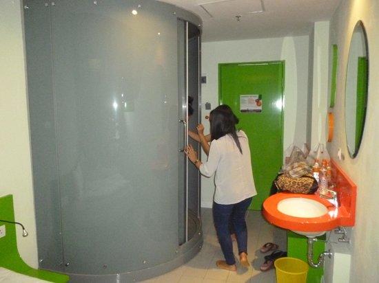 POP! Hotel Festival Citylink Bandung: Tiny bath room