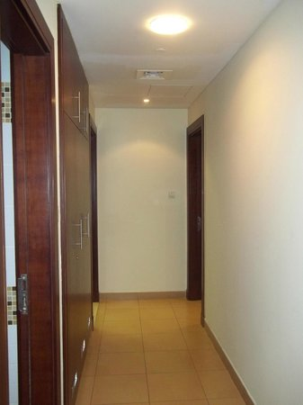 Tulip Hotel Apartments: Hallway going to Kitchen and Bedroom
