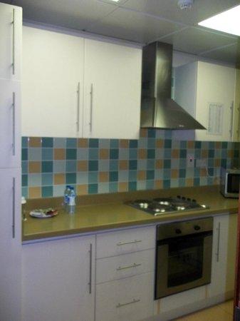 Tulip Hotel Apartments: Kitchen