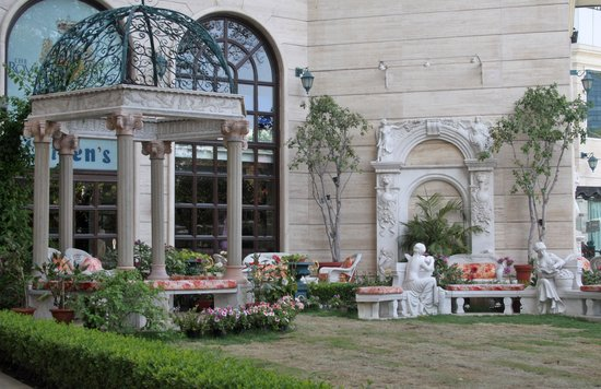 Hotel The Royal Plaza: garden