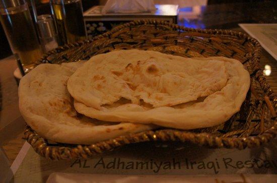 Al Adhamiyah Iraqi Restaurant: 大きなパンが3つも出てきました。