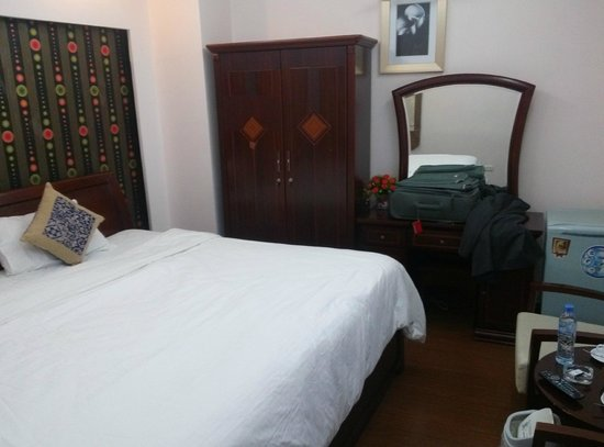 Golden Lakeside Hotel: Room has good amenities