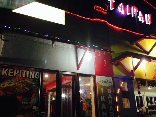 Taipan Restaurant: In the night the entrance