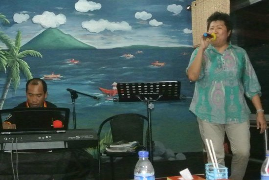 Taipan Restaurant: The owner Libby singing and Anto their keyboard player