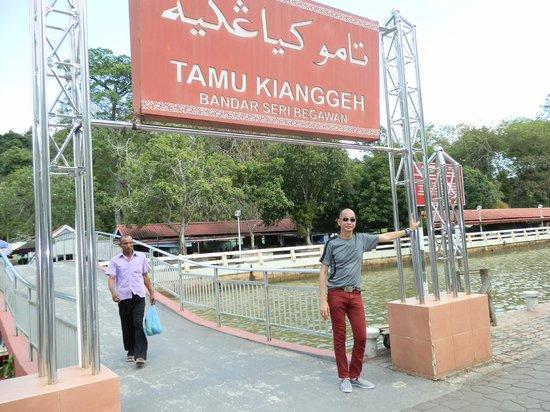 Kg Kianggeh Open Air Market: foot bridge connecting the Tamu and Jalan Kianggeh
