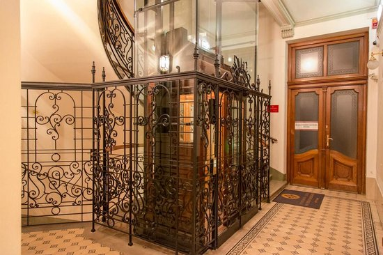 Appartement-Hotel an der Riemergasse : Quaint lift and stairs