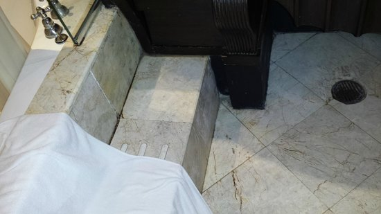 Chateau de Bangkok : mold and constantly water leaking to the floor