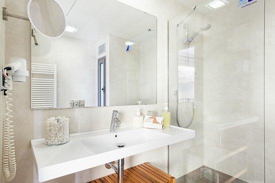 Apartamentos Marfina: Baño completo con secador y jabones