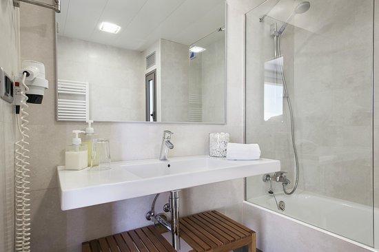 Apartamentos Marfina: Baño compelto con secador y jabones