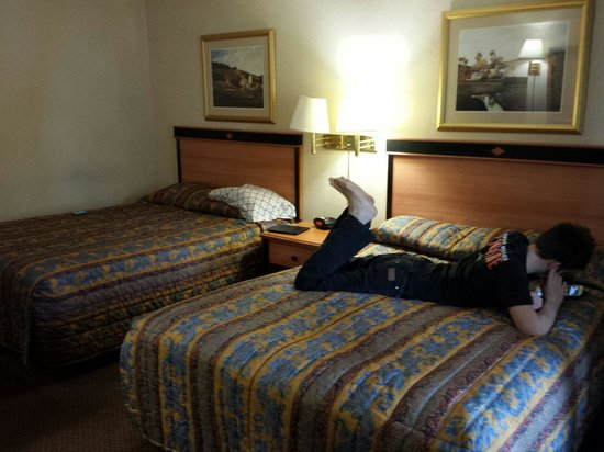Econo Lodge Inn & Suites University: Older wing... bit dated but clean and comfy