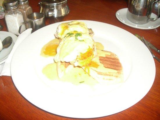 Friends Cafe: Eggs Benedict
