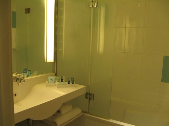 Novotel Southampton: A bathroom with a good selection of free toiletries